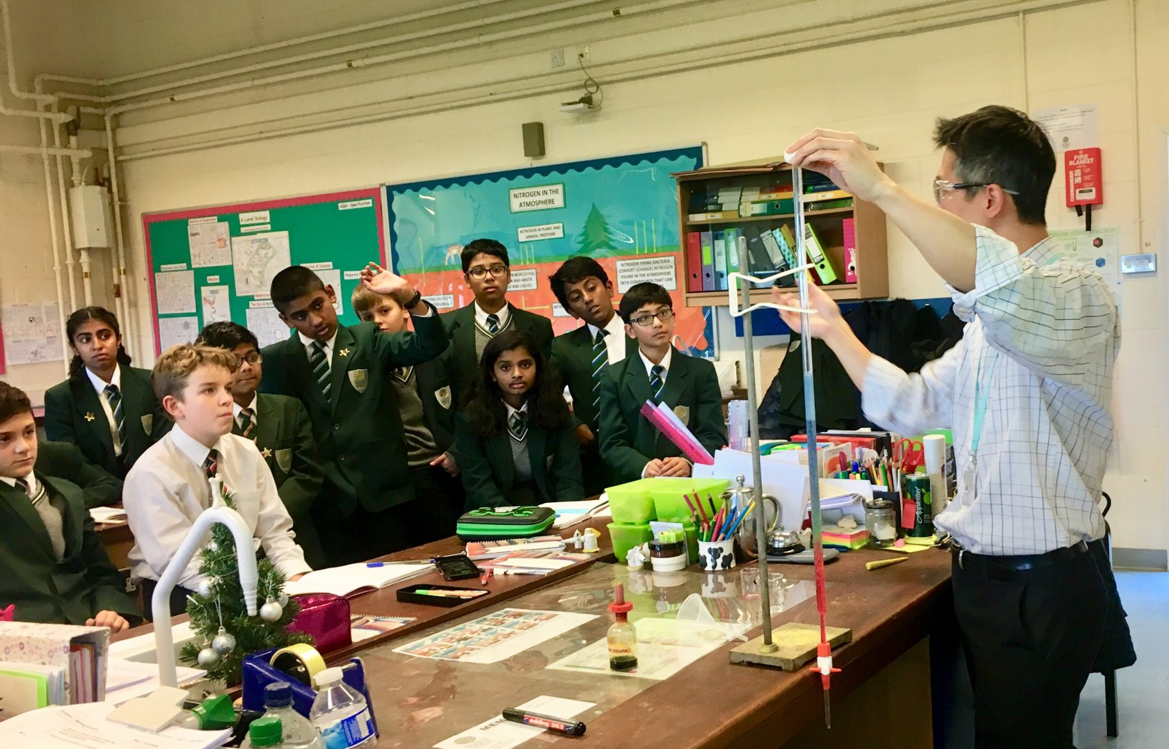 Senior Science Technician puts on a fabulous Acids & Alkalis & Neutralisation Demo